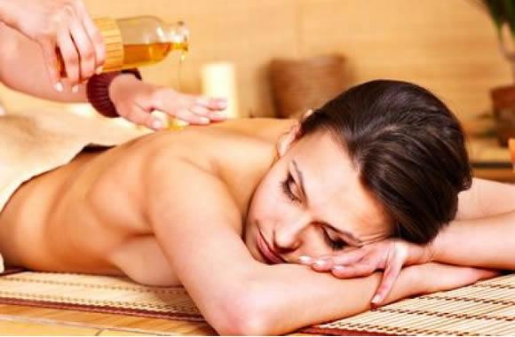 Massage relaxant aux huiles essentielles tièdes